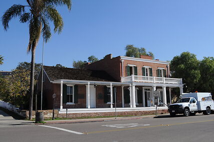 photo shows the front of the whaley house museum from the parking lot